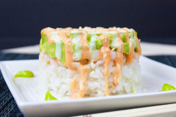 Timbales de arroz de sushi con camarones y aguacate